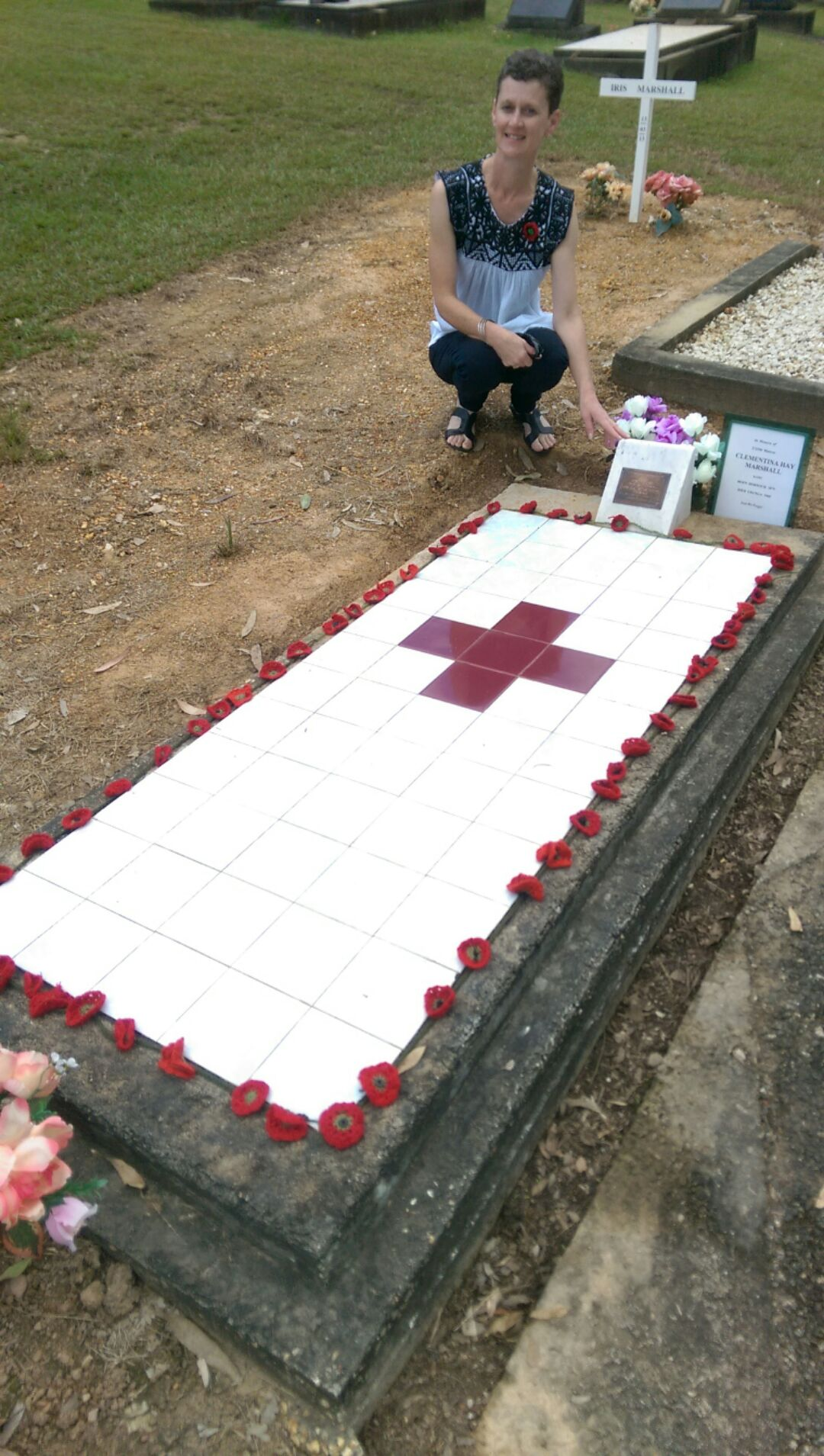 NURSE SONIA MARSHALL KINDLY KNITTED 100 RED POPPIES FOR CLEMENTINA GRAVE SITE 2015  ON THE 100 YEAR